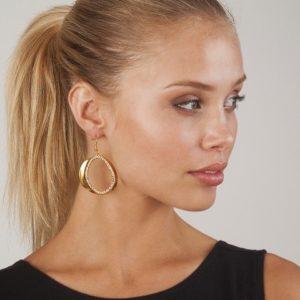E50201.11 Boucles d'oreilles dorées à l'or fin 24 carats ovale couvert de petit cristaux blanc