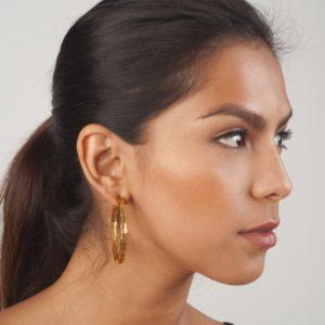 E50021.10 Boucles d'oreilles dorées à l'or fin 24 carats à grande boucle demi-texturés
