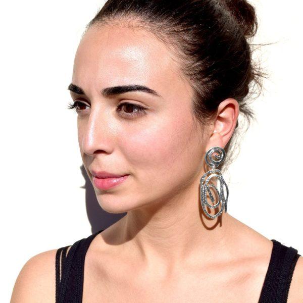 E08121.20 Boucles d'oreilles argentées au 925 sterling mat élégante découpé en tourbillon