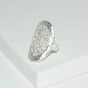 R51060.21 Bague argentée au 925 sterling avec pièce martelé et cristal