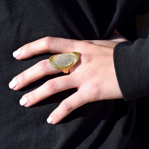 R51060.11 Bague dorée à l'or fin 24 carats avec pièce martelé et cristal