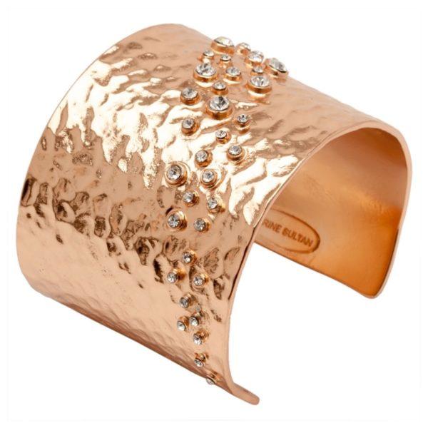 LOU - B50596.51 - Bracelet doré à l'or rose fin 24 carats martelé avec des cristaux clairs en diagonale