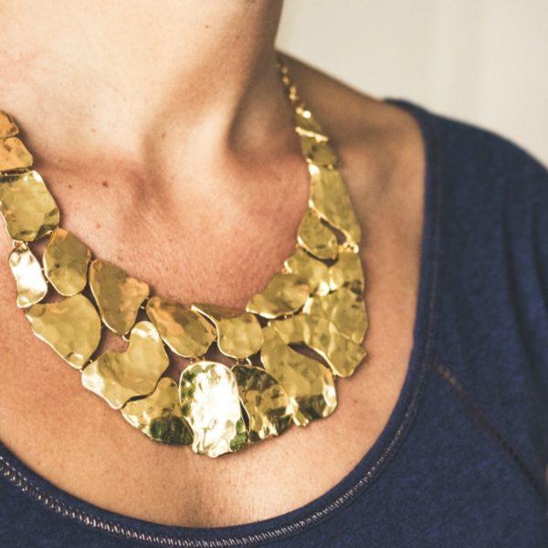 N57038.10 - Collier doré à l'or fin 24 carats doté de pavé martelé